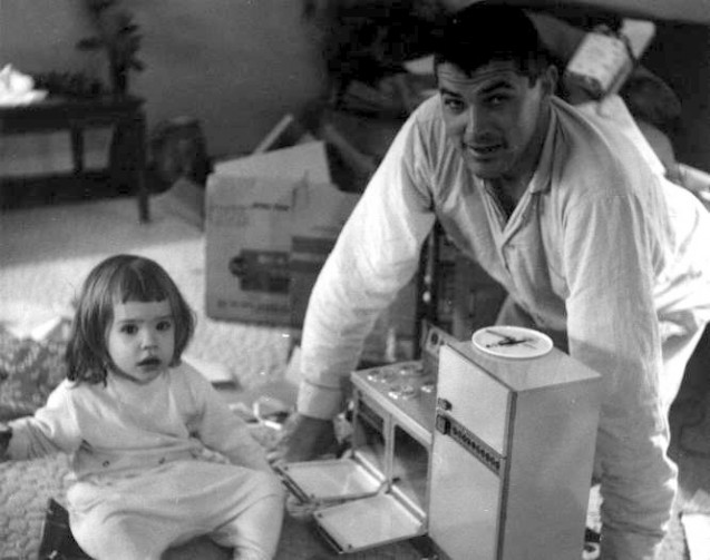 Father_and_daughter_w_Easy_Bake_Oven