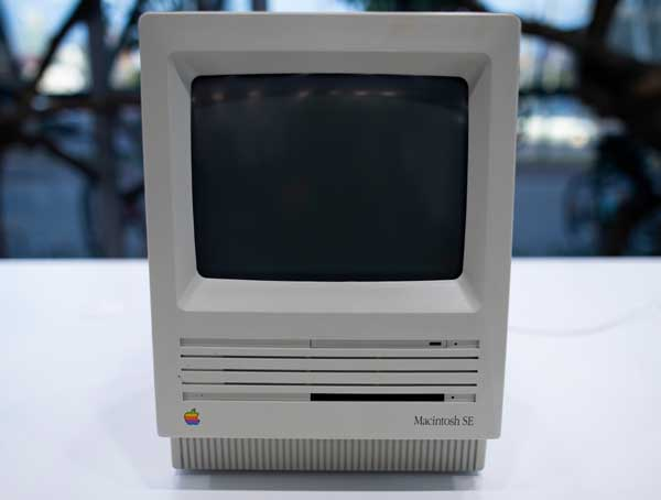 image of an Apple Macintosh SE computer from 1988